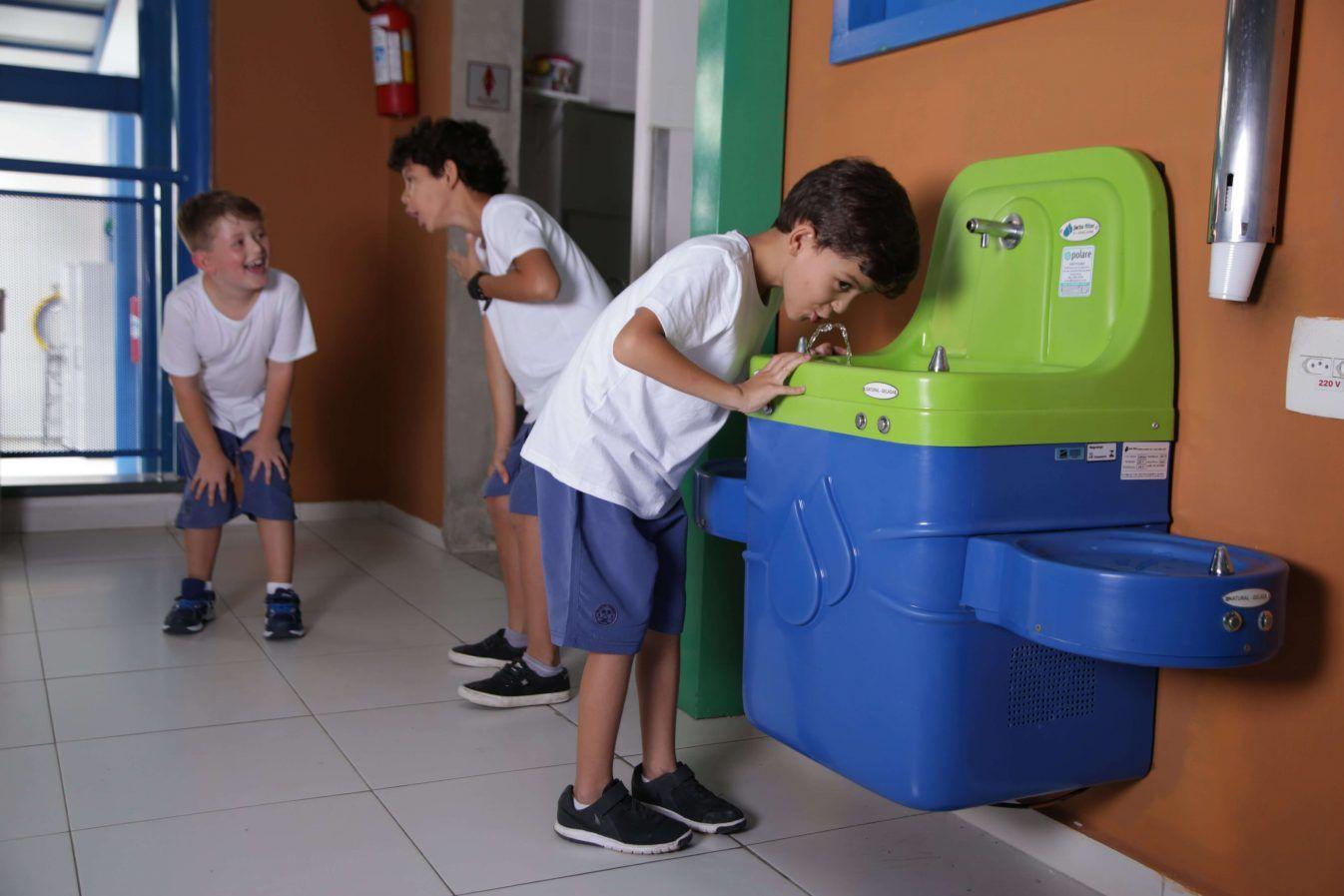 Bebedouro escolar: conheça as características que revelam um bebedouro ideal para escolas